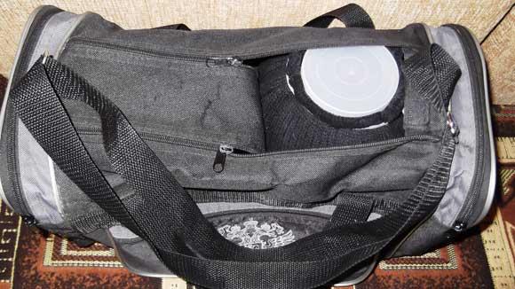 банка с рыбками в спортивной сумке
