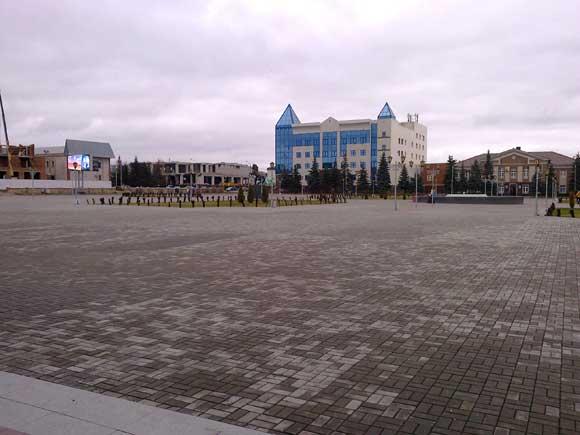 на площади у дворца культуры